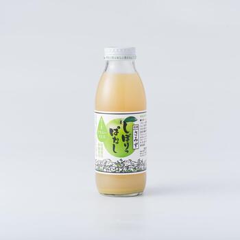 甘さだけでなく酸味もほしいなら、アップルパイなどによく使われるグラミースミス100%のりんごジュースがおすすめです。青りんごの爽やかな香りと酸味が楽しめる1杯です。