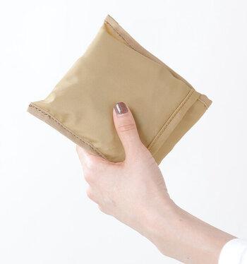 折りたたんだ時の大きさは、こんなにコンパクト。旅行のときなどに、トラベルバッグに忍ばせておくと便利です。