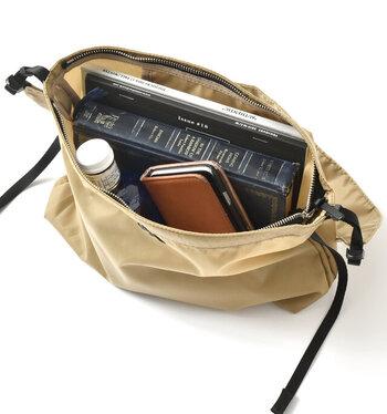 お財布やスマホなど、お出かけ時の必需品がすべて入る大きさ。間口は大きく開くので中の物が探しやすく、また取り出しやすくもなっています。