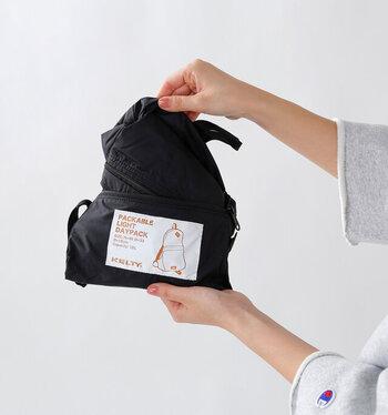 パッカブル用の収納袋は内側に付けられているので、袋を無くす心配もありません。荷物が増えたとき用に、会社や学校に置いておいてもいいかも。