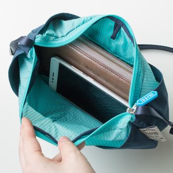 長財布がすっぽり収まる大きさで、内側にも外側にもポケットが豊富に付いているので旅行のときに重宝します。