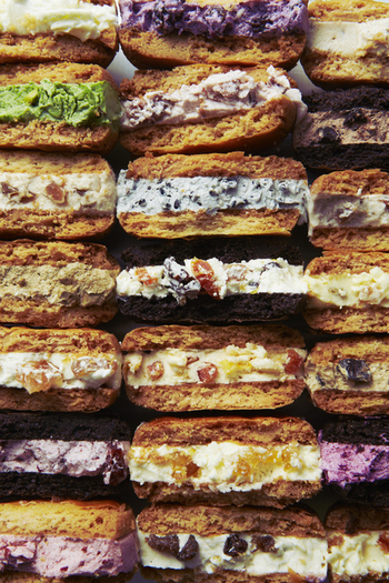 ザクザクとした食感のサブレの間には、バタークリームがたっぷり!口溶けが良いので、重たさを感じることなくいただけます。フレーバーの種類が豊富なのも魅力です。