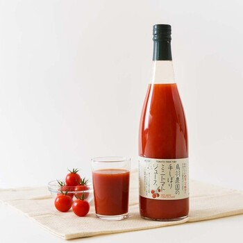 北海道南富良野で育った完熟のミニトマトを、丁寧に手絞りした100%トマトジュースです。ミニトマトならではの酸味と甘みのバランスの良さやみずみずしさが特徴です。そのまま飲んでも、お料理に使ってもおいしいトマトジュースです。