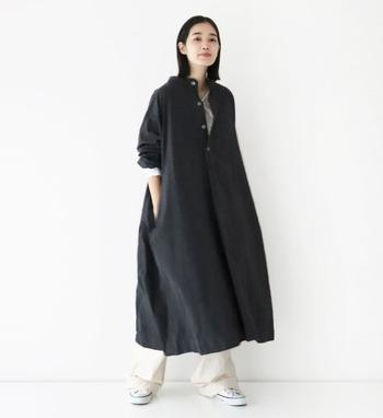 ふわっと裾広がりなシャツワンピース。襟元はヘンリーネックでカジュアルな仕立て。黒を選んでも重くなりすぎず、かっこよくまとまります。ややルーズなシルエットの白パンツを合わせたり、袖をたくし上げたり、ボタンを開けてインナーを見せたり...着崩し方も大いに参考になりそうです