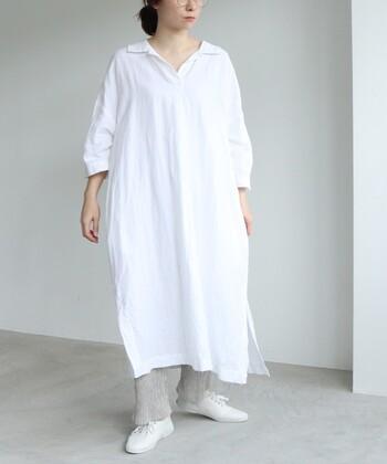 今年の白はのびのび肩の力を抜いて着こなしたい!コットン×リネンのふっくら風合い豊かなシャツワンピース。広めに開いた襟元やスリットがとてもナチュラルな表情。ペチパンツを合わせたゆるっとラフな着こなし方も素敵です。