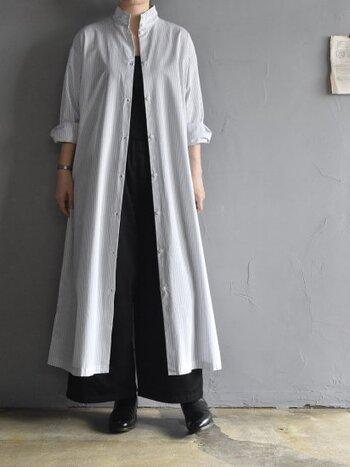 いわゆるシャツの定番、コットンブロード生地で作ったストライプ柄のシャツワンピース。スタンドカラーや布の落ち感がメンズライクで端正な表情。グレーのストライプが大人っぽく、洗いざらしで羽織ってもかっこよく着こなせます。