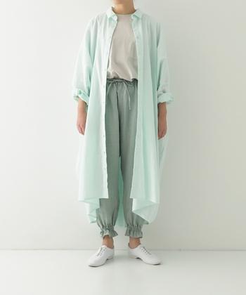 砂糖菓子のようなミントグリーンに思わずキュンとしてしまう!シャツワンピース。生地を贅沢に使い、腕を下ろすと脇にひらひらと美しいドレープが出現します。同系色のイージパンツと合わせたスタイルはリラックス感たっぷり!裾のフリルが着こなしのアクセントになっていますね。