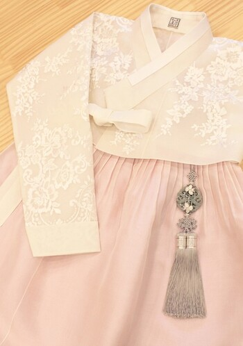 韓国の伝統工芸、メドゥプ(組紐)を使って作る「ノリゲ」。チマチョゴリを彩る服飾品のひとつで、華やかなデザインの房飾りのこと。宮中や上流階級の人たちは宝石を使ったノリゲを身に着けていましたが、庶民は手刺繍を入れたノリゲを使うことが多かったそう。