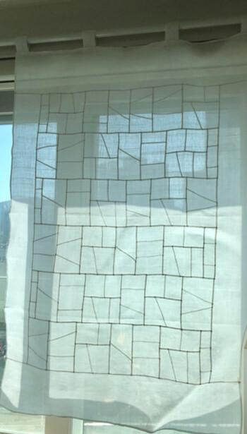 透けて見える幾何学模様が、布のステンドグラスともいわれるポジャギ。こんな風に長方形のかたちがずっと続いていく図柄もとても素敵ですね。小さな端切れをつないでいく作業には、長寿を願う意味も込められているそう。  ポジャギを眺めていると、なんだか、ゆったり、まったりとした気分に浸れますね。