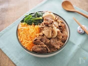 生姜・にんにくで炒めた豚こま肉を使ったビビンバ丼のレシピです。絡ませるタレにはりんごのすりおろしを使っているのもポイント。ほうれん草や人参など、お肉だけでなく野菜もたっぷり摂れるので、栄養バランスも◎。