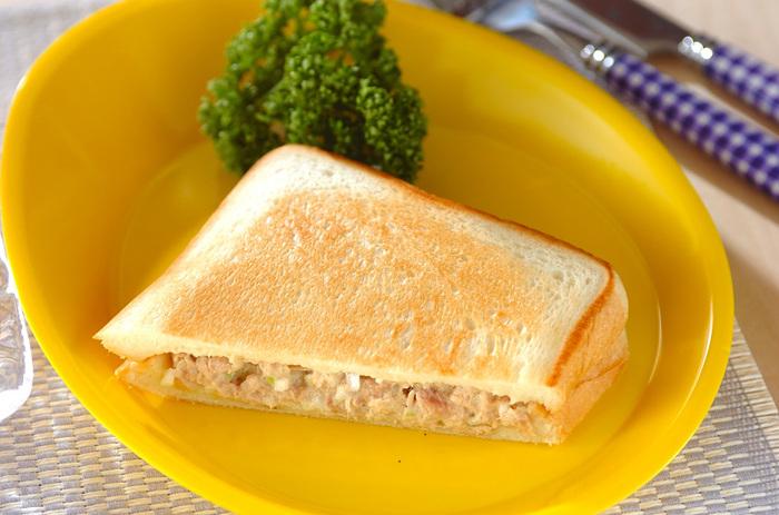 ツナとマヨネーズと玉ねぎの組み合わせはご飯に合わせてもパンに合わせても美味しい!もちろんホットサンドにもよく合います。朝ごはんはもちろんランチにもおすすめです。