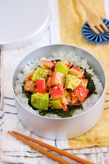 マグロとアボカドで作るハワイのソウルフード、ポキ丼。マグロがない……そんなときは冷蔵庫にあるサラダスティックでポキ丼風を楽しんでみませんか?火を使わない&生ものを使わないのでお弁当にもぴったり。彩りもきれいなお手軽丼レシピです。