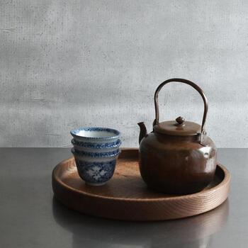 やっぱり昔ながらの風情が漂う丸盆はお茶を運ぶ道具として最適。お茶の葉、急須、湯のみ茶碗のセットなど、まとめて乗せて運んだり、そのままテーブルの上にセットで置いても絵になります。