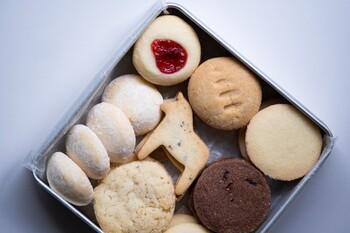 「FIKAFABRIKEN」で人気の北欧クッキーが詰め合わせになったセットです。  ラズベリージャムがたっぷりと詰まった一番人気のSYLTKAKORや、シンプルなバタークッキーのBRYSSELKEXなどが入っています。