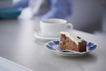 スウェーデンの定番スイーツであるキャロットケーキ。スウェーデンのカフェには必ずあるお菓子だそう。  こちらはキャロットケーキを自宅で作れるお菓子のキットです。レシピと材料がセットになっています。お店の味を、おうちで作りたてで楽しめるなんてとても贅沢なこと。上手にできたら、おうちカフェのメニューがランクアップしますね!