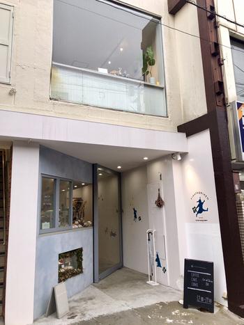 「FIKAFABRIKEN(フィーカファブリーケン)」は、東京都世田谷区豪徳寺にある北欧菓子の専門店。店内には、ケーキが3~4種類、クッキーはスウェーデンの慣わしに従って常時7種類を用意しているそう。  コーヒーや紅茶などと一緒に店内でいただくことができます。