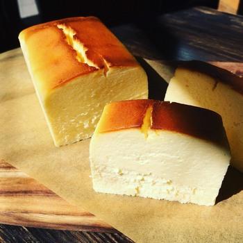「KAKA」の人気ナンバー1のチーズケーキです。4種類のチーズを使った濃厚でコクのある味わいは、一度食べるとクセになる美味しさ。  バニラビーンズが生地に混ざっているので、ふわりと漂う香りや舌触りでも楽しめます。