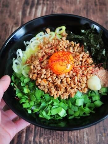 台湾まぜそばの丼バージョン、台湾まぜメシ。焼肉のたれや豆板醤などで炒めたピリ辛ミンチとご飯との相性は抜群!魚粉の代わりに鰹節を使うのがポイントです。