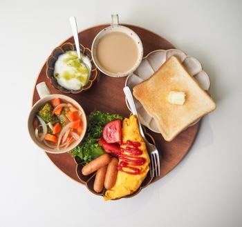 同じく、洋食もナチュラルな木製の丸盆にセットすれば、手軽にオシャレなカフェ飯を演出でき、休日のブランチやおもてなしランチに使えそう。