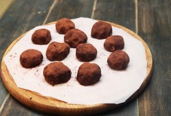 手作りスイーツなどのバット代わりに丸盆を使うのも便利です。作るレシピによっては、丸い形ならではの便利さもあります。