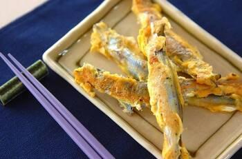 卵。粉チーズ、粗びき黒胡椒で作った卵液にししゃもをくぐらせ、フライパンで焼いたら出来上がり。卵液をたっぷり絡ませるのが美味しく仕上げるポイントです。