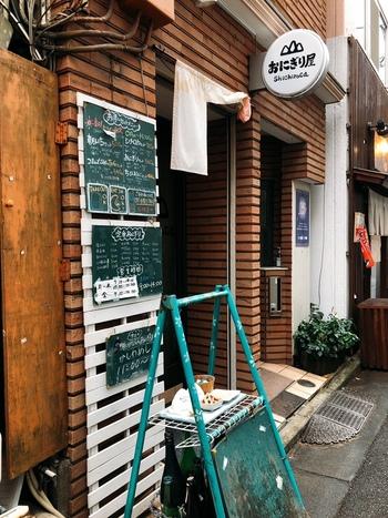 """人形町駅から歩いて2~3分の場所にある「shichiroca(シチロカ)」はおにぎりの専門店。ちょっと変わったネーミングは、""""活力""""という漢字の部首やつくりをバラしたものが由来です。お客さんのエネルギーの源になりたいという想いがこめられているそう。"""