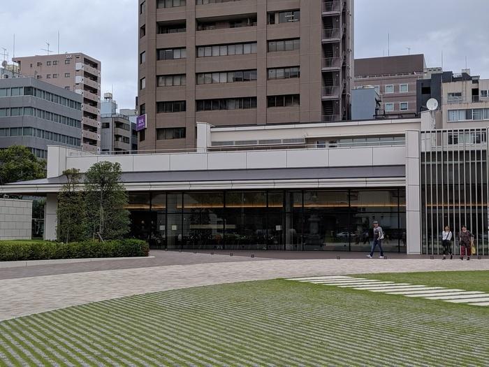 日本を代表する寺院のひとつ、築地本願寺のなかにあるのが「築地本願寺カフェ Tsumugi」です。お寺が創建されたのは、1617年の浅草。その後、火事により焼失し、築地に移転しました。築地でも、関東大震災に伴う火災によって再度本堂を焼失してしまいましたが、1934年に再建。現在の本堂は1934年当時のままです。