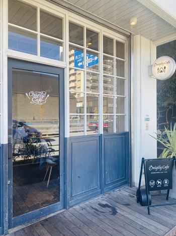 おしゃれな街、中目黒にある「Onigily Cafe(オニギリーカフェ)」は、その名の通りカフェ感覚でおにぎりを楽しめる注目のお店。アンティーク風の外観とかわいらしい看板が目印ですよ。
