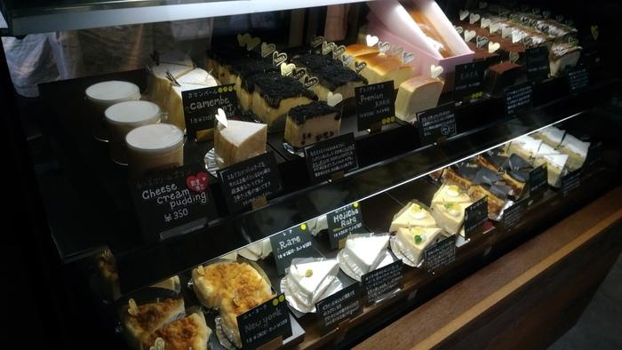 ベーシックなチーズケーキのほかにも、レアチーズやチョコとあわせたもの、バスク風のものなどが並びます。チーズの旨みがしっかりと感じられるケーキなので、スイーツが苦手な人にもおすすめです。