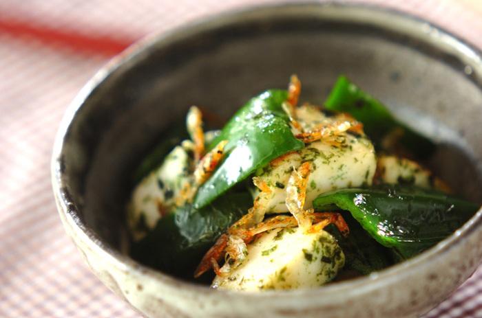 白身魚からできているはんぺんは、海苔や青のり、桜海老との相性抜群! ピーマンと一緒に炒めたら、バターと醤油で味を整えます。  磯の香りとバター醤油の香りが食欲をそそる一品。