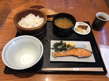 表参道と新宿にも店舗がありますが、朝ごはんを食べられるのは代々木本店のみ。朝8時から提供される「田んぼの朝ごはん」は、古き良き日本の食卓を彷彿させるメニューです。
