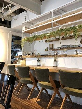 北海道札幌にある「Cafe de Zaza(カフェ ドゥ ザザ)」。明るい、ナチュラルテイストの店内では、タルトやパフェ、クレームブリュレ、デザートプレートなどがいただけます。