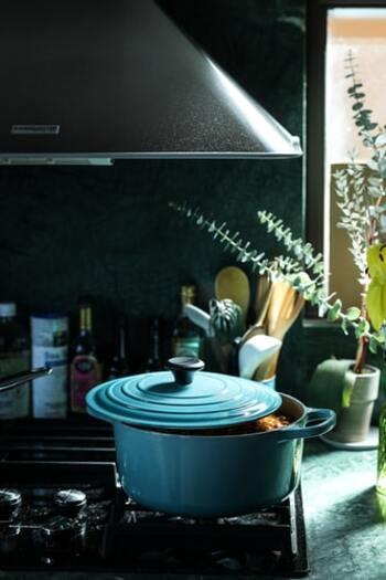 ル・クルーゼの鍋を使うときの火加減は、「鍋が温まるまでは中火で、それ以降は弱火で調理」が基本。熱伝導と蓄熱性に優れているため強火にする必要がないのです。商品によっては強火や空焚き不可のものもあるので、あらかじめ確認しておきましょう。