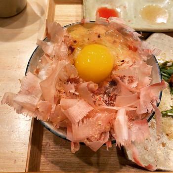 生卵を追加して、たまごかけごはんにするのもおすすめ。鰹節の香ばしさや旨みと、まろやかな卵のハーモニーはここでしか味わえません。  ※営業時間が不定なので、最新情報を公式Instagramでご確認ください。