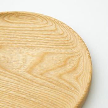 木地、下地、塗り、蒔絵の4つの工程の分業で製作される器。これら日本古来の加工技術や熟練の職人技の継承によって生み出された「越前木工(えちぜんもっこう)」の木目の美しさが特徴の丸盆。