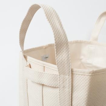 刺し子は日本の伝統的な刺繍で、細かい凹凸が特徴的。シンプルな生地にアクセントが加わりますね。CaBasは、収納ボックスやバッグなど日常のアイテムに刺し子織を取り入れ、その魅力を広めています。