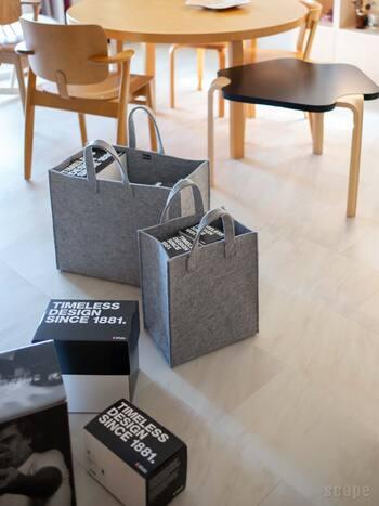 iittalaと言えば食器のイメージがあるかと思いますが、スタイリッシュな収納バッグもあるんです。直角的なデザインのバッグは、安定感がありきちんとした印象を与えます。Sサイズはスリムで、雑誌や本、DVDなどをしまうのにぴったり。