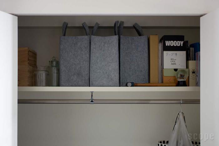 Mサイズは用途が広く、家中でフル活用できます。ソファの背に置きがちな部屋着を入れるのもおすすめ。フェルト素材なので、ガラスや陶器を入れても安心です。