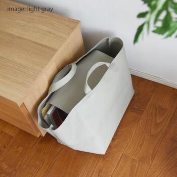 こちらの収納トートは、目隠しできるフラップが付いているのが特徴です。中身が見えず、ほこりよけにもなるのが嬉しい。目隠しと出し入れのしやすさが見事に両立されています。