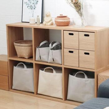 木製のシェルフとも相性抜群!シェルフの幅にぴったりフィットすると気持ち良いですね。リビング、キッチン、洗面所など、様々な場所で活用できます。