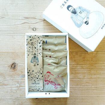 コーヒーゼリーの花羊羹とコーヒーバッグのセットです。羊羹とコーヒーという珍しい組み合わせですが、食べてみると意外な美味しさを発見できますよ。  詰め合わせになった箱に書かれているのは、「ご褒美箱」の文字。まさに自分へのご褒美のための箱なんです。