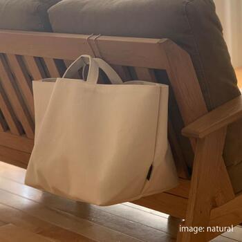 取っ手をフックに引っ掛けて、吊り下げ収納にするのはグッドアイデア!取っ手が付いている布製ボックスならではの方法ですね。掃除の邪魔にならないのが◎