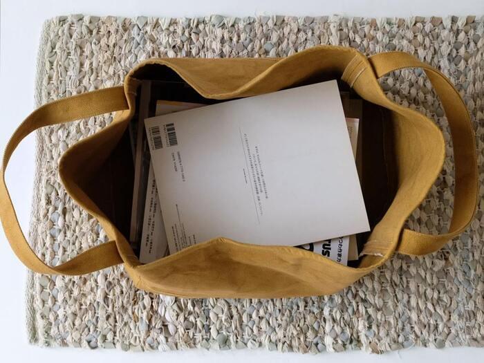 布製のボックスは柔軟ですが、自立するので気兼ねなく使えます。プラスチックボックスよりかっちりしていなくて、ラフな雰囲気が出ますね♪