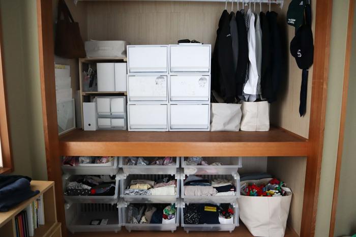 元々布団を一式収納できるとあって、圧巻の収納力を誇る押入れ。 クローゼットや日用品の収納場所として、ここを上手く収納に活かせると生活の便利さも変わってきます。 奥行きが深いので、物の出し入れをスムーズに行うために押入れに合ったケース選びがポイントです。