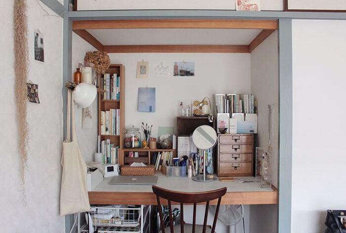 押し入れをデスクとして使うアイデアも人気の使い方。奥行きを活かして奥に本を並べたり、棚を置いて小物の定位置にしたり。四方が囲まれているので集中しやすい環境なのも良いですね。
