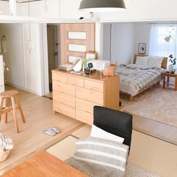 部屋の仕切りとなっていた襖などを取り払っても、つい敷居を意識して家具を置いてしまいがちですが、それだと空間を活かしきれないことも。  襖や扉を使わないのであれば敷居にこだわらずに家具を配置することで、ワンルームのように自由なレイアウトが楽しめるようになります。
