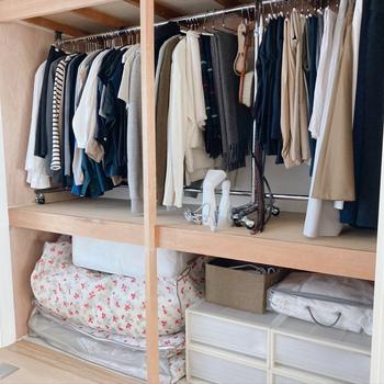 押入れの使い道として人気のクローゼット使いは、突っ張り棒を使って掛ける収納にすること。ズラッと並んだお洋服が見やすく取り出しやすくなります。 畳んで仕舞いたいものは、衣装ケースで下段で管理すると◎
