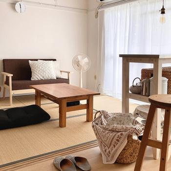 団地物件といえば和室が含まれていることが多いですが、椅子に座る生活がメインだとどう活かしたらいいのか悩むところかもしれません。 こちらはそのままリビングとして使われている例。 ソファやテーブルを置き、畳でも過ごせるように座椅子も置かれています。フローリングのリビングとさほど変わりなく使われていますね。