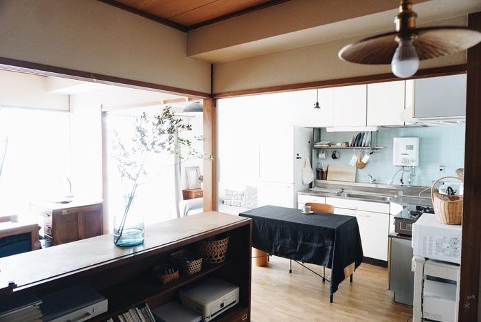 キッチン・リビング・プライベートルームが襖や引き戸でつながっている間取り。 和室の襖を取り払うことで、お部屋の奥まで光が届き開放感が生まれています。大好きな古道具屋さんで揃えた家具や雑貨が、より映えるようになったのだそう。