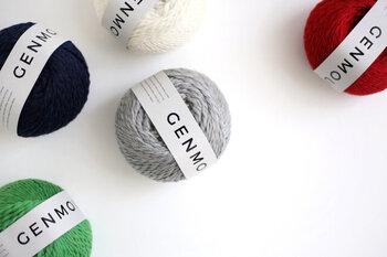 サンプルでは、A糸、B糸はDARUMAの「GENMOU(原毛に近いメリノウール)」、C糸はQING FIBREの「Melted Baby Suri」という糸を使いました。GENMOUは撚りがやさしく、とても編みやすい毛糸です。編み地はやわらかくて軽く、でも程よい厚みが出てしっかりしています。